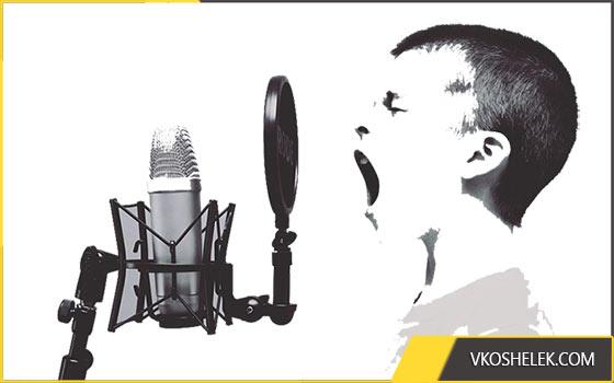 Парень поет в микрофон